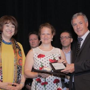 Au centre, la lauréate Margaret Kraenzel, du Cégep de Matane, reçoit sa Mention d'honneur des mains d'Hélène David, ministre de l'Enseignement supérieur (à gauche), et de Richard Moisan, président de l'Association québécoise de pédagogie collégiale (AQPC) (à droite). <br />Crédit Photo: Massimo Triassi