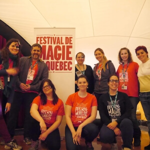 1re rangée avant (accroupies): Constance Laberge Faubert, étudiante, Léa Vidal-Lessard, étudiante et Nicole Plamondon, coordonnatrice du Festival. 2e rangée (debout): Laure Rigaud-Minet, étudiante, Yves Lamontagne, enseignant, Magali Ibañez, étudiante, Sandra Simard-Leblanc, étudiante, Geneviève Gagné, étudiante, et Renée-Claude Auclair, co-organisatrice du Festival. <br />