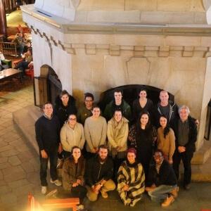 Tous les étudiants du Cégep de Matane, du campus de Lac-Mégantic du Cégep Beauce-Appalaches et du Cégep Heritage College avec leurs enseignants au pied de l'immense cheminée dans le hall du Château Montebello. <br />