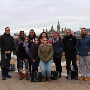 Les étudiants du Cégep de Matane et du Cégep Beauce-Appalaches, campus de Lac-Mégantic, enfin arrivés à Gatineau (et le parlement du Canada en arrière-plan) après 10 heures de route C'est loin l'ouest!  De gauche à droite: Nil Longpré, enseignant à Lac-Mégantic, Séréna Bellocq-Privé, Ophélie Gonthier, Joanie Hébert, Émilie Eury, Anaïs Dumas, Jade Gosselin, Amélie Campeau-Duplessis, étudiantes, Michel Hébert, enseignant à Matane, et Alexis Lavallée, étudiant. <br />