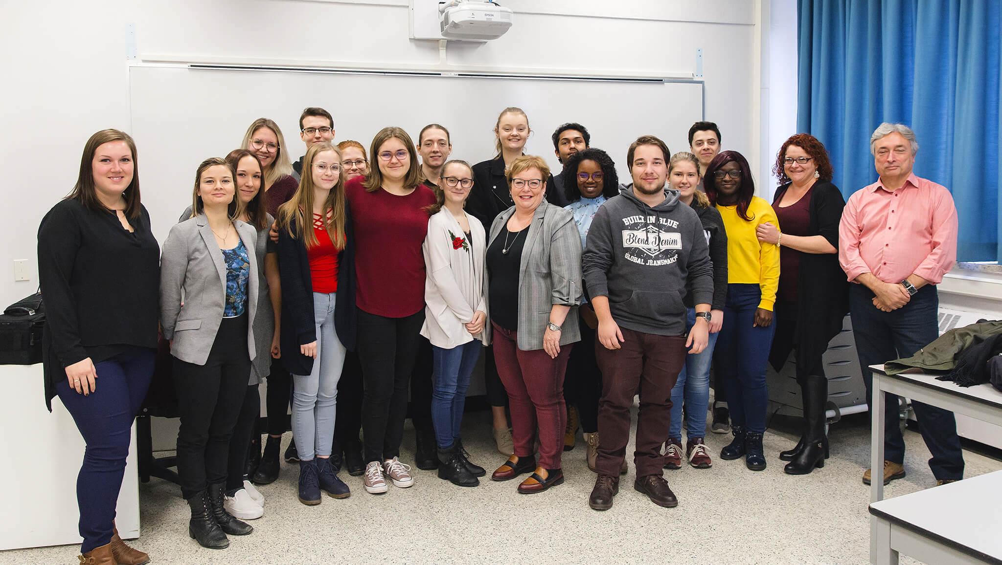 Madame Joëlle Ross,directrice de Tourisme Gaspésie, rencontre les étudiants du programme Tourisme.<br />Crédit Photo: Morgane Moussé