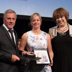 Julie Landry Gagnon (au centre), a reçu la Mention d'honneur de la ministre de l'Enseignement supérieur, madame Hélène David (à droite), et du président de l'AQPC, monsieur Richard Moisan (à gauche).<br />Crédit Photo: AQPC