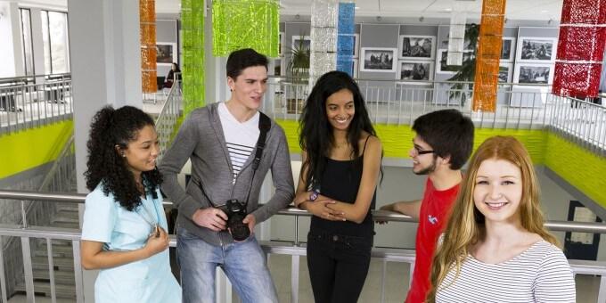 Groupe d'étudiants dans le hall