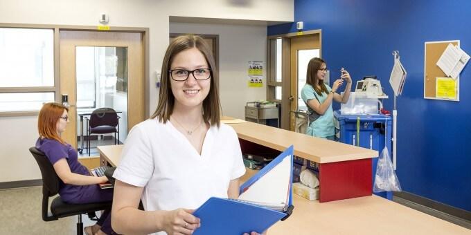 Étudiantes en soins dans l'unité de soins