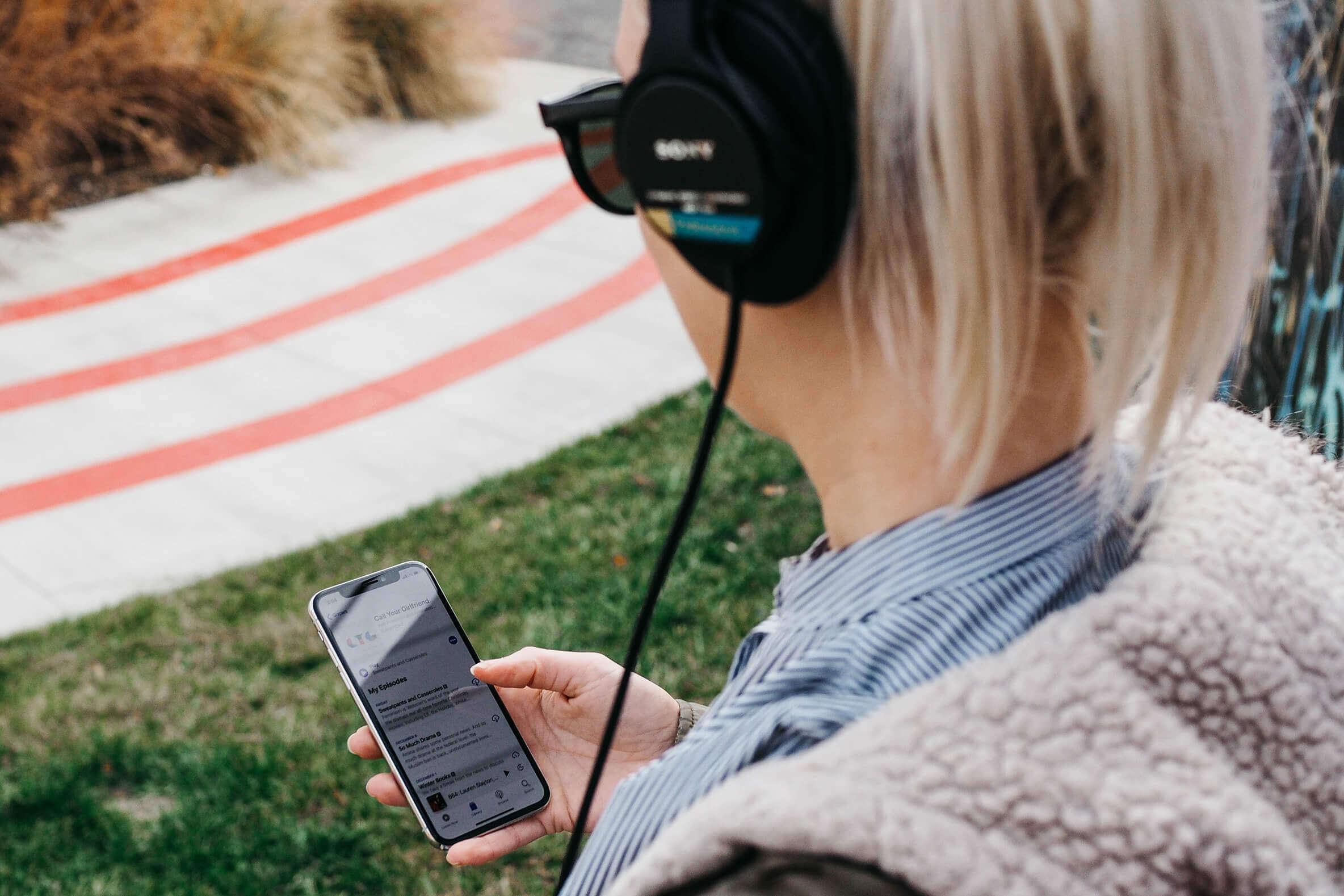 Étudiante qui écoute de la musique