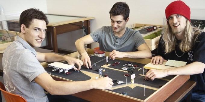 Étudiants qui réalise une maquette de centre ville