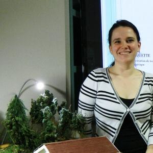 Valérie Dionne, étudiante en Techniques d'aménagement du territoire et d'urbanisme et sa maquette de maison proposant différentes techniques d'économie d'énergie<br />