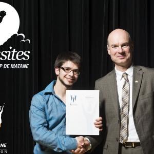 Jérémie Lessard, étudiant en Technologie de l'électronique industrielle, accompagné de Rémi Massé, directeur général du Cégep de Matane<br />Crédit Photo: Boris Plique