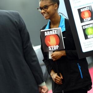 Sur la photographie : Amélie Mambou, étudiante française en mobilité, à l'entrée du parquet de la bourse.<br />Crédit Photo: Normand Huberdeau
