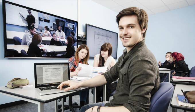 Étudiant dans une salle de classe