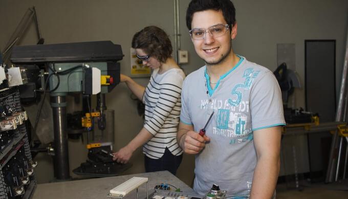 Étudiants en électronique qui travaille sur un système automatisé