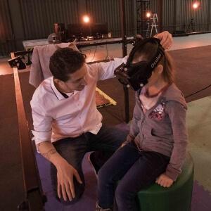 Une élève expérimente une expérience de réalité virtuelle (RV) accompagnée de la capture de mouvements (MoCap).<br />Crédit Photo: collaboration CDRIN