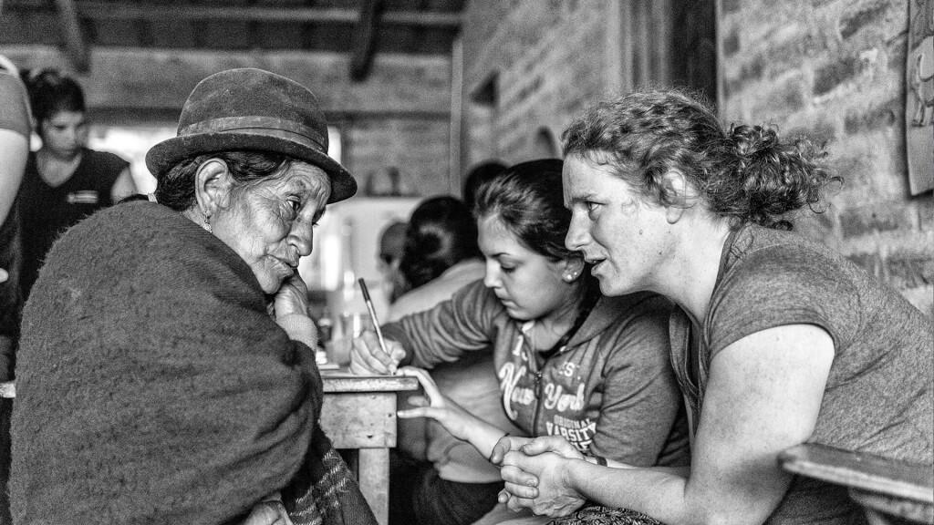 Crédit Photo: Benjamin Marilley<br/>L'enseignante-accompagnatrice Margaret Kraenzel aide à la traduction entre une Équatorienne et une étudiante de Soins infirmiers.