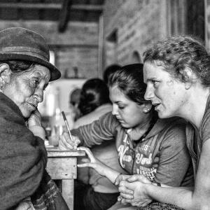 L'enseignante-accompagnatrice Margaret Kraenzel aide à la traduction entre une Équatorienne et une étudiante de Soins infirmiers.<br />Source : Benjamin Marilley