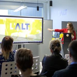 Mme Camille Tremblay, chargée de projet au CDRIN lors de la conférence de presse pour souligner le lancement de l'incubateur d'entreprise L'ALT Numérique.<br />Crédit Photo: Alice Boutten (Bombes créatives)