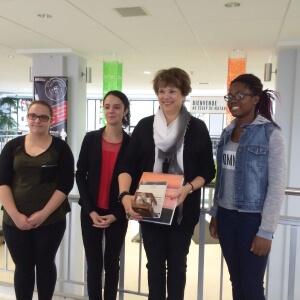 Madame David, ministre responsable de l'Enseignement supérieur, accueillie au Cégep de Matane par les étudiantes en Tourisme : Jade Gosselin, Ophélie Gonthier et Serena Bellocq-Privé.<br />Source : Service des communications