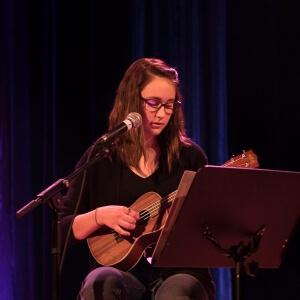Océane Béland qui a obtenu le prix «Mon premier Kaméléart» pour son interprétation des chansons «Si jamais j'oublie» de ZAZ et «T'es ben mieux d'les ouvrir tes yeux» des Sœurs Boulay.<br />Crédit Photo: Solène Ouellette, étudiante en Photographie.