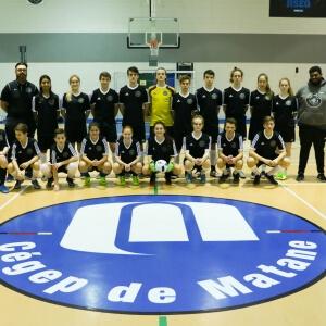 L'entraineur, Damien Araboux (à droite) accompangé de l'équipe de soccer des Capitaines, ainsi que de l'équipe des Capitaines junior de l'Association de soccer de Matane.<br />