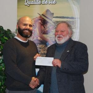 Le président de la Fondation, Étienne Du Berger, à gauche, reçoit le premier versement de 10 000 $ des mains du préfet de la MRC, monsieur André Morin.<br />