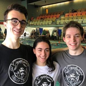 Pablo Lambot, Marianne Leroux et Lucas Thuret de l'équipe de natation des Capitaines du Cégep de Matane lors du 45<sup>e</sup> Championnat provincial de natation qui s'est déroulé à Drummondville les 6, 7 et 8 avril dernier<br />