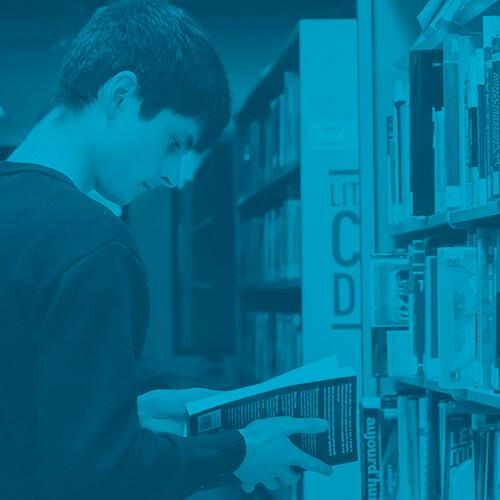 étudiants qui lis à la bibliothèques