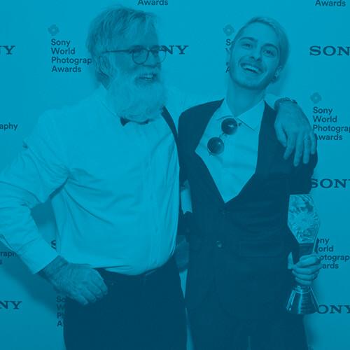 Étudiant et enseignant durant la remise d'un prix Sony