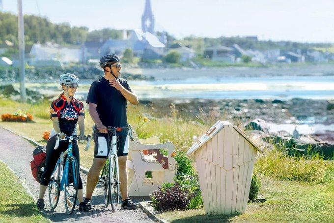 un couple qui fait du vélo