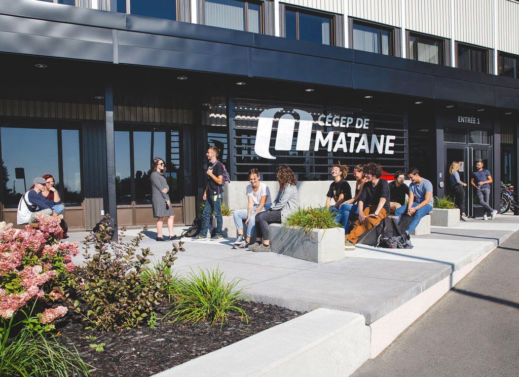 Groupes d'étudiants qui profite du soleil à l'entrée du cégep