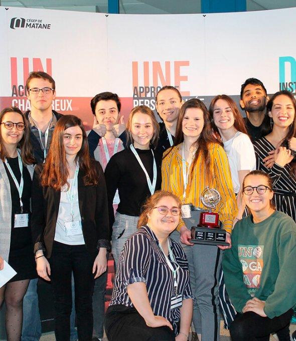 Photo de groupe d'étudiants en tourisme qui ont remporté le prix