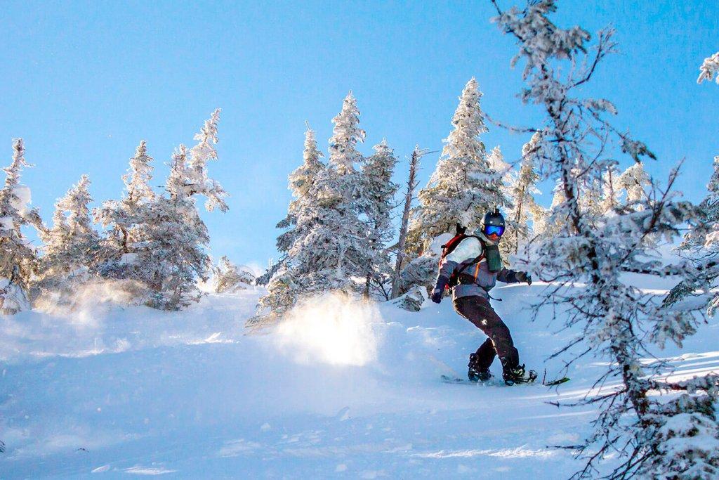 Personne qui fait du snowboard