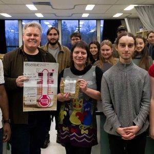 Un groupe d'étudiant en sciences de la Nature, ainsi que leur professeur posant fièrement devant le total de leur campagne de financement.  <br />Source : olivier Chevalier