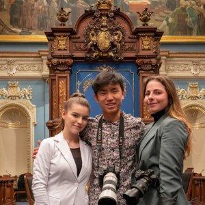 Crédit Photo: Jade Hornn, Liam Bolduc et Lola Bernard , étudiants en photographie au Cégep de Matane, posant fièrement au parlement jeunesse du Québec.