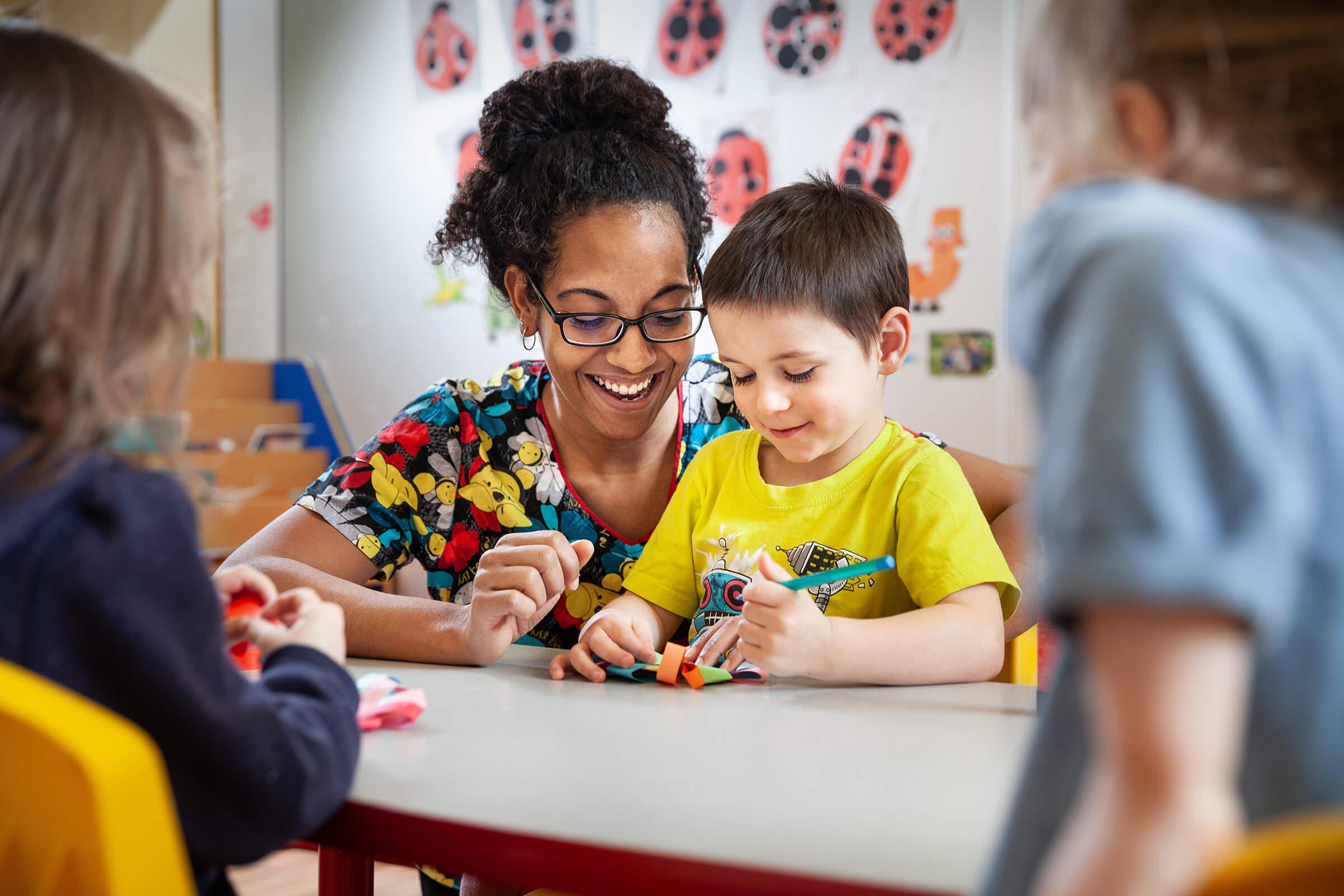 photo d'une enseignante avec un élève