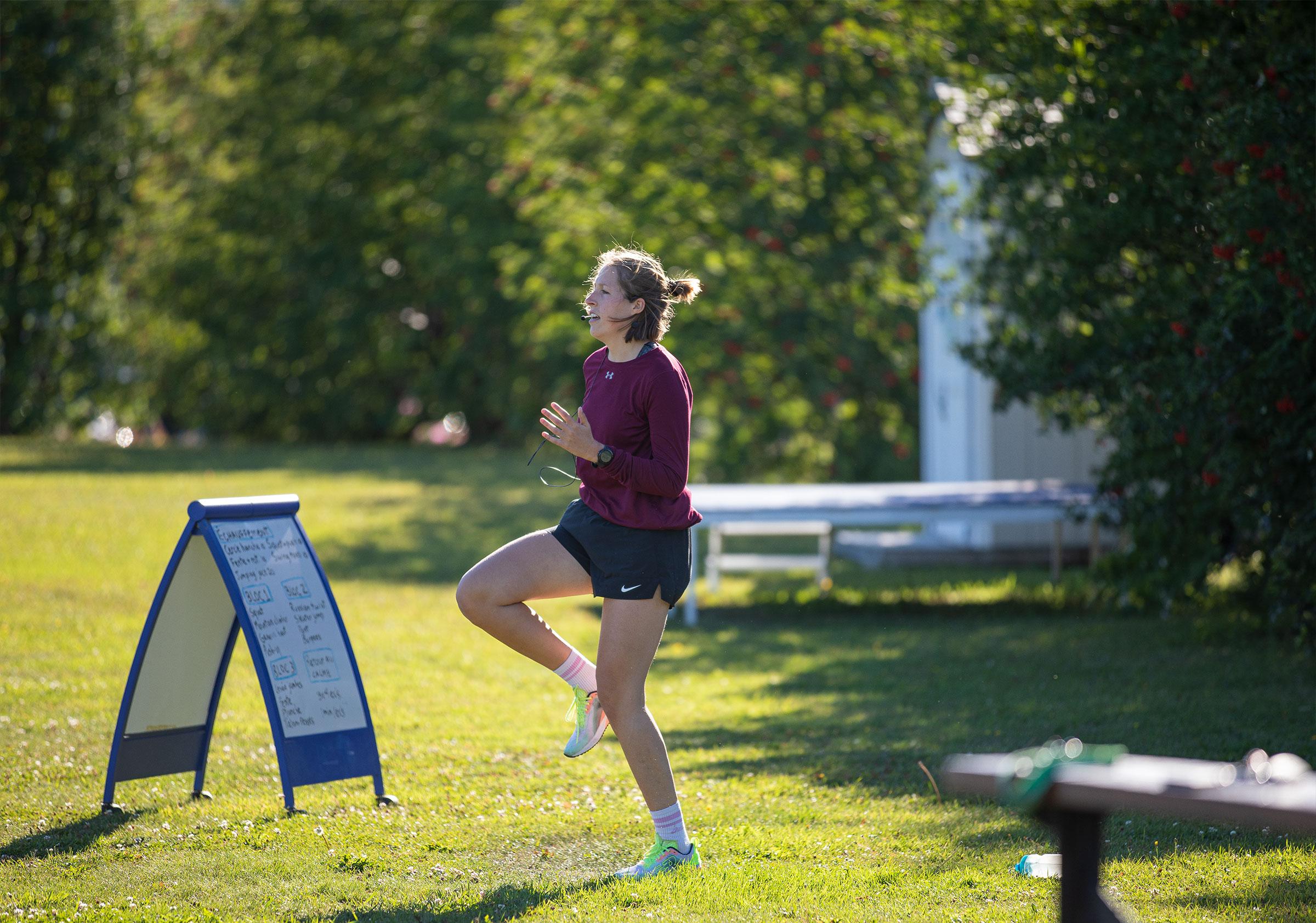 Alexandra qui fait un exercice physique en exterieur