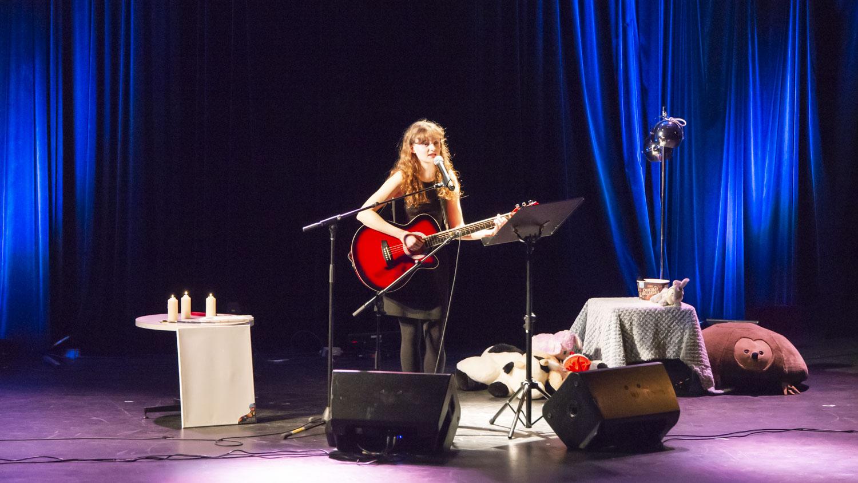 Mélina Hargé a présenté deux compositions personnelles à la guitare et au chant.