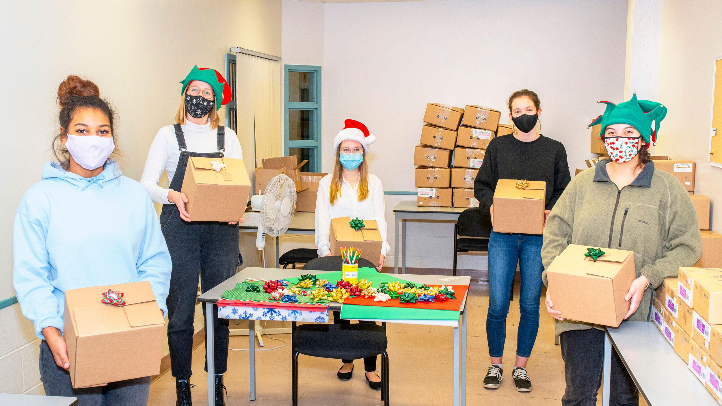 quatre personne emballant cadeaux