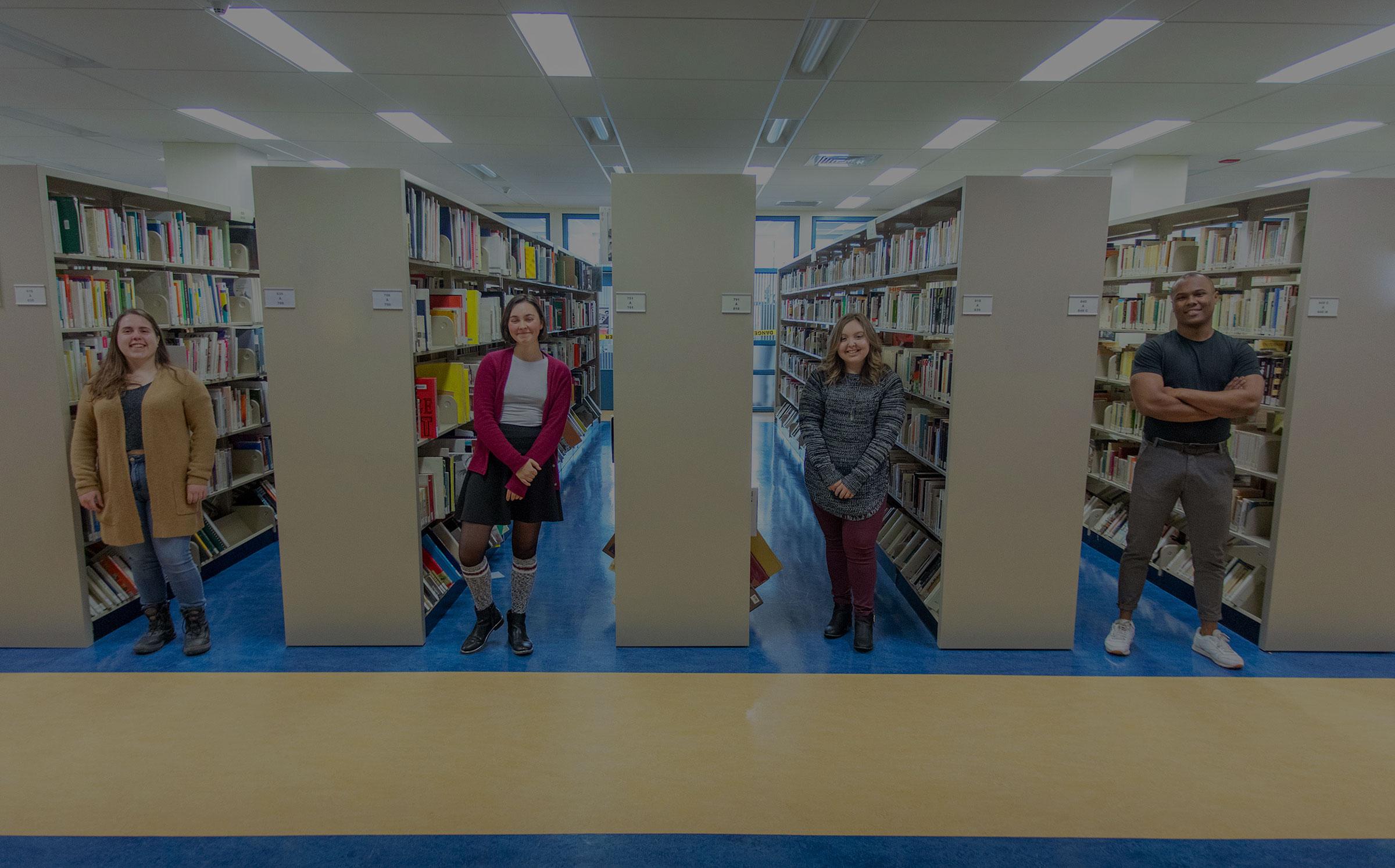 quatre étudiants à la bibliothèque