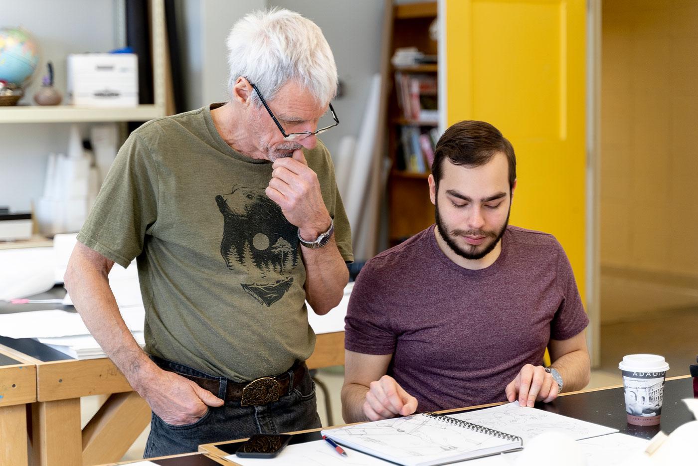 Un artiste aide un étudiant