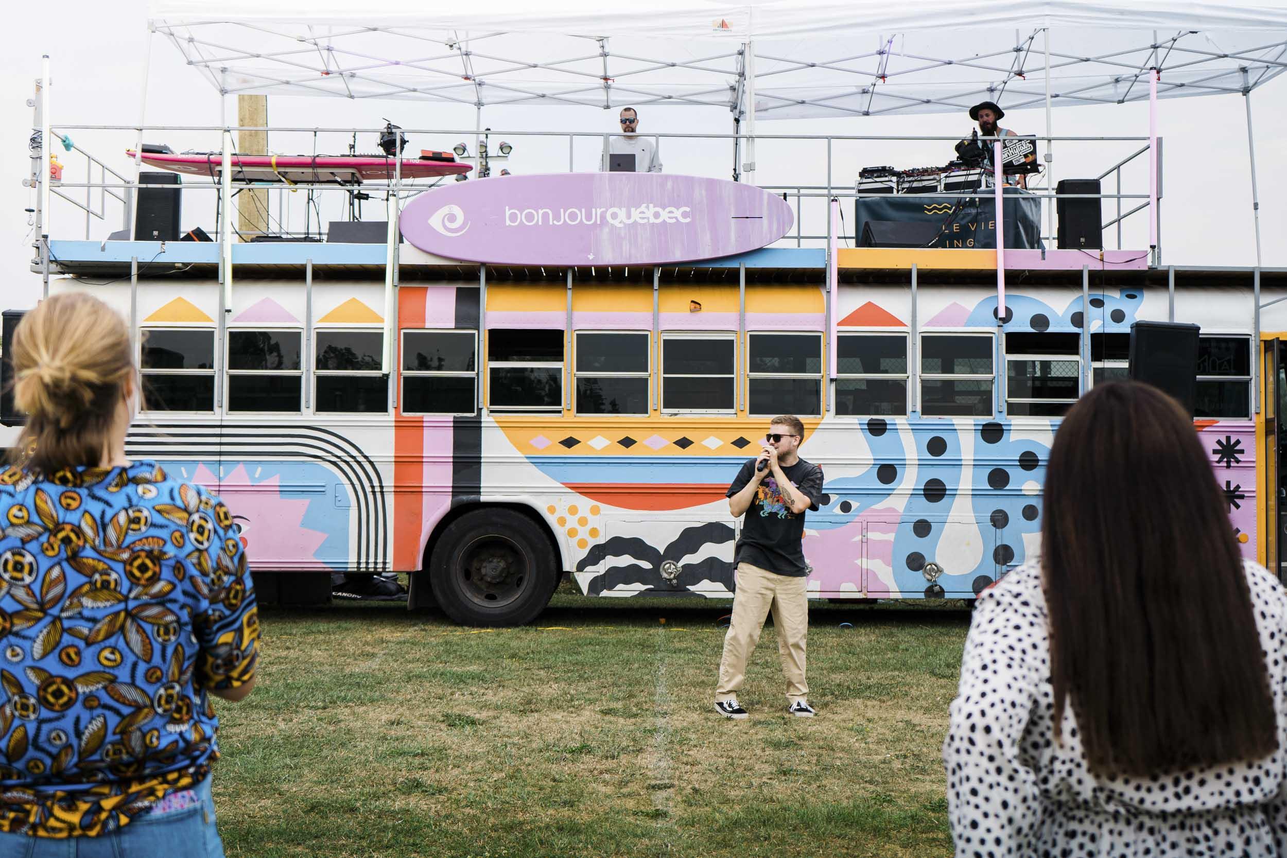 Source : Clément Brochet. Le Mixbus Studio a permis à près d'une centaine de personnes de célébrer en musique la rentrée d'automne 2021 au Cégep de Matane.